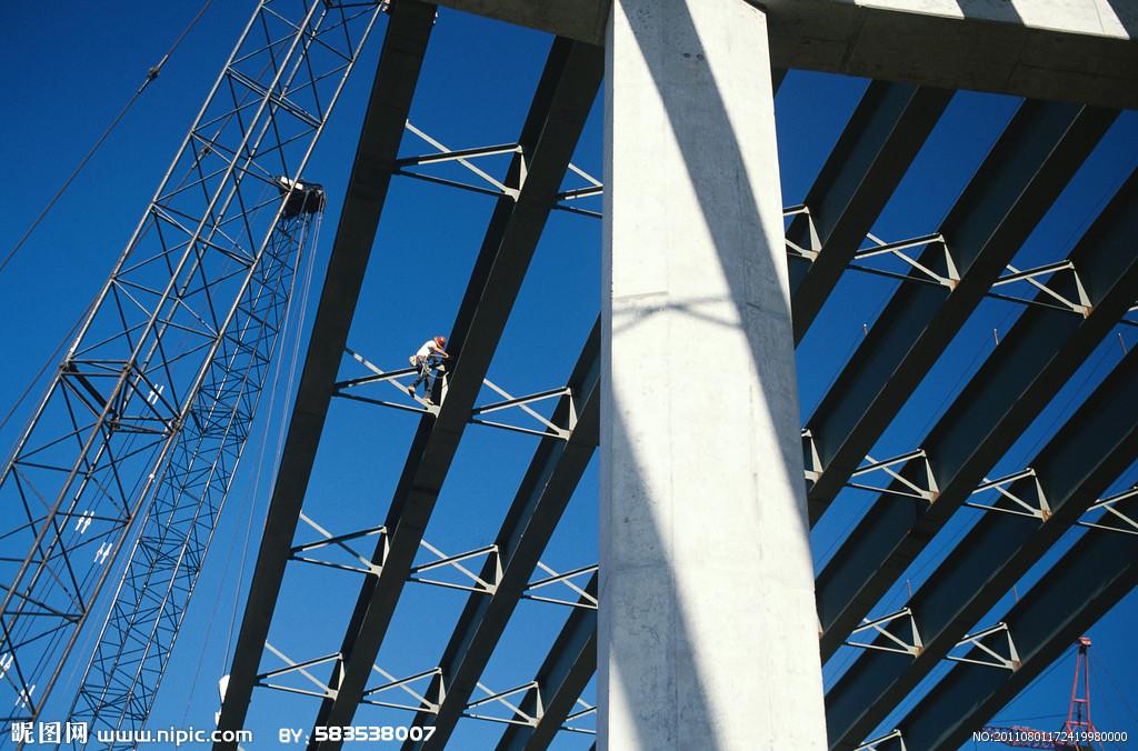 """钢结构的特点1,钢结构自重轻而承载力高:属于轻质高强材料2,钢材嘴接近于均质等向体:把钢材分割成细微小块每小块都将具有大致相同的力学性能而且在各方向的性能也大致一样是固体力学的基础3,钢材的塑性和韧性好:在静力荷载作用下钢材具有很好的塑性变形能力4,钢材具有良好的焊接性能:所谓焊接性能""""好""""是指钢材在焊接过程中和焊接后都能保持焊接部分不开裂的完整性的性质5,钢结构具有不渗漏的特点:不论采用焊接,铆接或螺栓连接钢结构都可做到密闭而不渗漏6,钢结构制造工厂化,施工装配化:构件较轻施工方"""