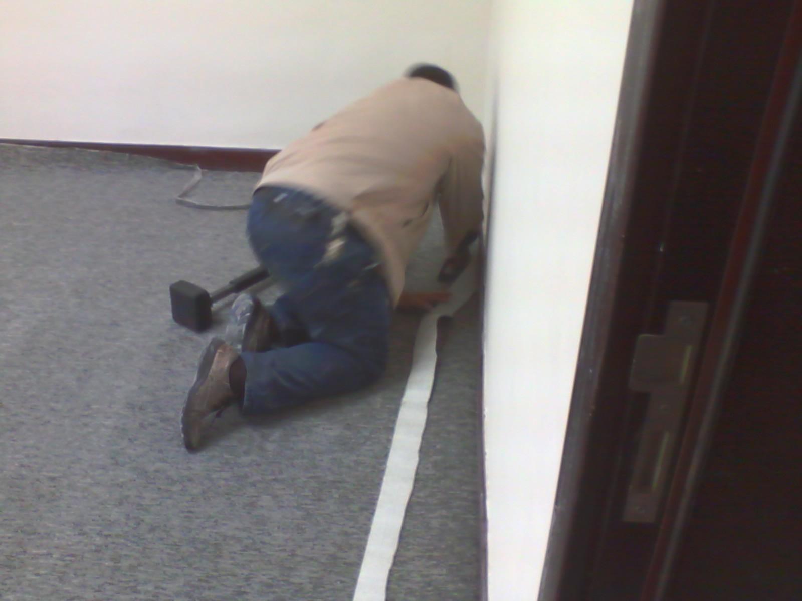 雅顺办公地毯的品质及作用: 此款地毯具有抗静电抗压,健康环保,强效抗菌,耐腐蚀,耐磨损等特点,适用于高档酒店,别墅等。采用最先进机织高档丙纶簇绒地毯,符合国际标准进行防菌, 防污处理,具有阻燃,耐磨,隔音,隔热,抗静电, 防焰环保等优良品质。外观效果与实际品质卓越,尺寸稳定 不散边,不毛边,脚感舒适,保温,吸音效果优.
