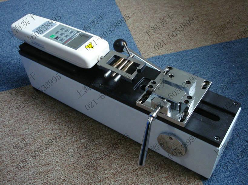 端子拉力测试机 说明: SGDL端子拉力测试机是我公司针对线束及电子行业研制开发的一种检测设备,专用于检测各种线束接线端子的拉脱力。可配置NK,HF推拉力计和专用夹具,本仪器具有设备小巧,控制准确,测量精度高,试件装夹方便,操作简单等特点,是线束生产厂家确保产品质量的理想设备。 端子拉力测试机特点: 卧式安装。 手动操作,操作简单稳定。 可将本机台安装于桌(台)上使用,使机架更加稳固。 长宽高:450mm260mm160mm。 有效行程:50mm。 额定负荷:500N。(也可配置1000N) 净重: