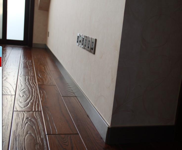铝合金踢脚线主要适用于墙壁与地面的交接处装饰;产品造型设计优雅简利,突出又款有型的装饰效果;产品采用铝合金材质,彻底解决传统实木,花泡,pvc地面墙脚线存在的材质不适用的适用后果,如受潮变形,老化,起虫,变色,表面贴纸脱落等现像,因此替代性非常强,可替代瓷砖地脚线,因地面墙脚线具有瓷砖地面墙脚线同样的性能,其装饰效果比瓷砖地面墙角线与家装更协调,更具装饰档次;外观质感高雅,装饰效果高过传统所有的地面墙脚线产品。