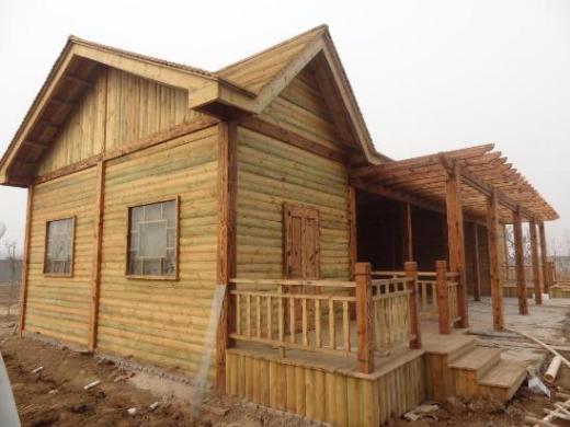 """木屋不仅冬暖夏凉,抗潮保湿,透气性强,还蕴涵着醇厚的文化气息,淳朴典雅;当湿度大时木屋能自动吸潮,干燥时又会从自身的细胞中释放水分,起到天然调节的作用;木材还有抗菌,杀菌,防虫的作用。因此木屋享有""""会呼吸的房屋""""的美誉,是集绿色环保,健康,居住舒适,安全,贴近自然,使用寿命长和设计风格独具个性等诸多优势于一身的健康型住宅;它的建造,可随意进行个性风格的设计造型,建设周期短,房屋的所有建筑产品都来自天然木材,环保无污染,结构强度高,具有良好的抗震性能,达到环保,安全,健康住宅的各种要"""