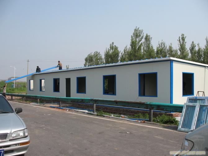 15940860598 宏源钢构彩板活动房屋是集加工,生产,施工为一体的小型工程企业,秉承客户至上,质量第一的经营理念,广泛赢得了客户的心理。在6年里形成略有业绩的跨省制作安装的团队。我们专注专业为客户着想。   经营项目:轻钢彩板,钢结构,楼梯,建筑围挡板,镀铝锌板,C型钢,彩钢单板,彩钢复合板,彩板,扣板,聚氨酯板,彩板房,活动房,高档轻体房,雕花房,仿砖轻体房,小区岗亭,门卫房,物业垃圾房,花纹板,铁板,方管等。   彩钢的用途:建筑门窗,彩钢房,彩钢活动房,彩钢房露台,彩钢岗亭,净化车间,采光板,