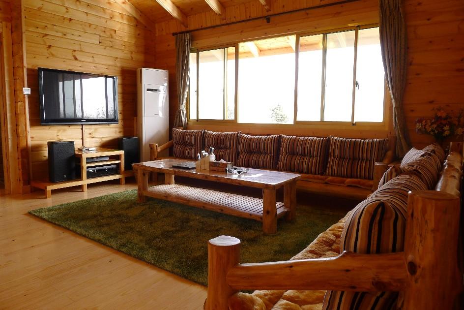 kxx整理,转载请注明出处 木结构房屋是世界性的休闲,家居主流产品。它的设计建造已经发展到一个很高水平。木屋使用纹路美观,色泽柔和的松木建造,其特点冬暖夏凉,保湿隔热。根据木材的特有性能,可以达到长寿功效。芬兰有着悠久的木屋建造史,加拿大及北美地区大约90%以上的家庭式住房是木结构的,人类使用木结构房屋在全世界已经有几千年历史,我国的大量古建筑也采用木结构,木结构房屋便于维护,在芬兰,北美一些具有200多年历史的房屋现在仍然安全使用中,当然这中间需要经过一定的维护,但一般混凝土房屋经过50年左右就需要重建