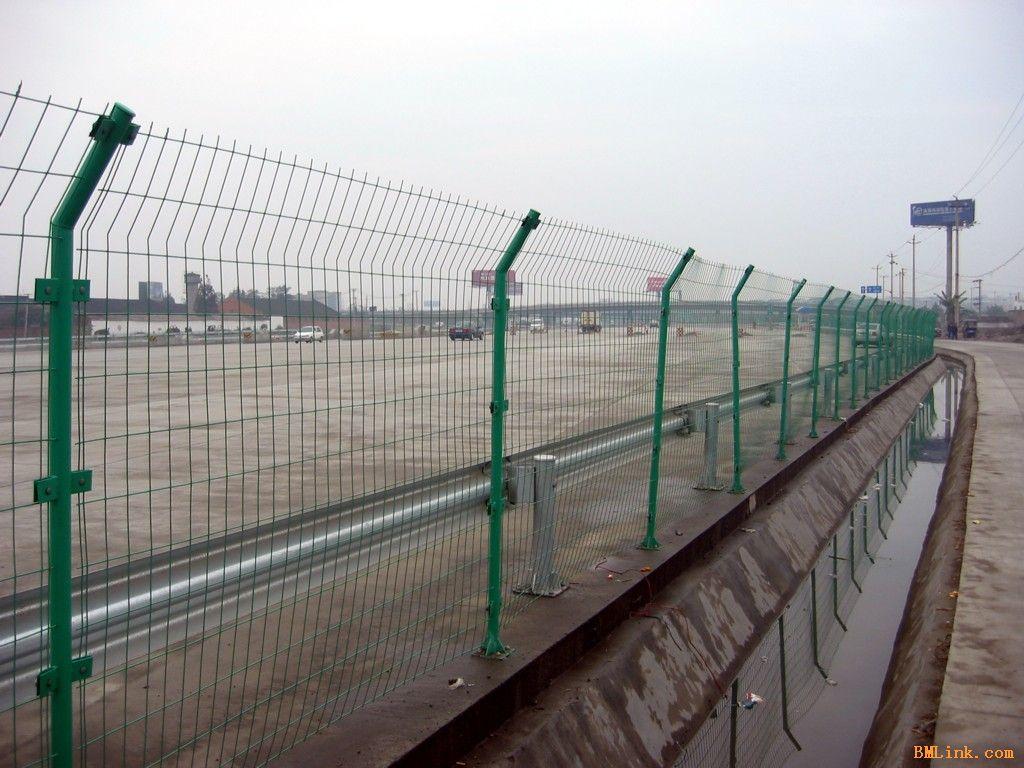 圈地防护铁丝网经过包塑处理耐腐蚀、不生锈