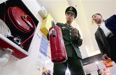 通州消防发现市场防火门―― 没装闭门器 影响逃生