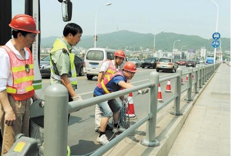 长沙橘子洲大桥护栏喷涂防锈漆翻新提质