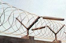 监狱尖刀防护网 监狱钢网墙供应商