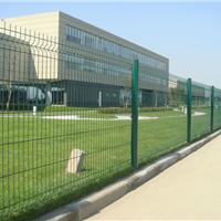 河北厂家定制桃型柱护栏网 三角折弯护栏网