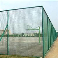 绿色体育场围栏起到了防护与美化环境的作用