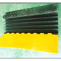 供应桂丰橡胶减速/带生产厂家/直销/道路缓冲带/橡胶减速带