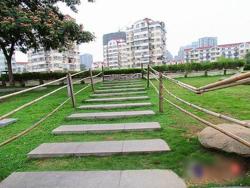"""""""较牛""""广场栏杆 全用竹杆组成隐患大"""